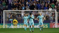 Reaksi pemain Barcelona, Javier Mascherano dan  Iniesta setelah pemain Levante mencetak gol keempat pada jornada ke-37 La Liga di Estadio Ciudad de Valencia, Senin (14/5). Barcelona dipaksa menyerah dengan kedudukan 5-4 di markas Levante (AP/Alberto Saiz)