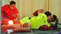 Pemain Arema FC, Dedik Setiawan, menjalani terapi sinar-X di Stadion Kanjuruhan, Malang, Rabu (20/2/2019). (Bola.com/Iwan Setiawan)