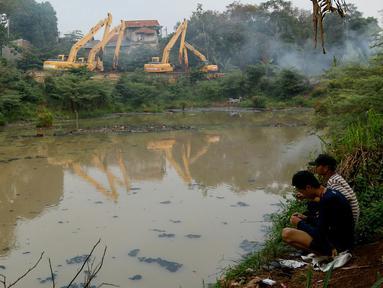Sejumlah alat berat tak terurus dan berhenti beroperasi di waduk Brigif, Jakarta, Jumat (6/11/2015). Pembangunan waduk Brigif di Kelurahan Cipedak, Jagakarsa sudah setahun mangkrak. (Liputan6.com/Yoppy renato)