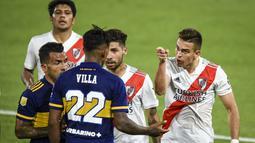 Pemain River Plate, Rafael Santos Borre meluapkan emosi sambil menunjuk pemain Boca Junior, Sebastian Villa. (Foto: AP/Pool/Marcelo Endelli)