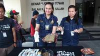 Kasat Narkotika Ajun Komisaris Polisi (AKP) Yuni Purwanti Kusuma Dewi  membeberkan barang bukti sitaan