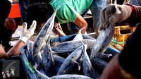 Aktivitas bongkar muat ikan di Pelabuhan Muara Baru, Jakarta, Selasa (22/9/2015). Nelayan mengeluh mahalnya BBM dan Peraturan Menteri No. 2/2015 tentang larangan penggunaan pukat hela dan pukat tarik membuat nelayan merugi. (Liputan6.com/Angga Yuniar)