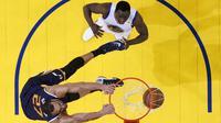 Aksi dunk Rudy Gobert pebasket Utah Jazz (bawah) tak bisa dihadang oleh Draymond Green dari Golden State Warriors. (AP Photo/Marcio Jose Sanchez)