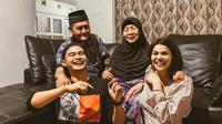 Potret keakraban DJ Butterfly dan keluarga kekasihnya, Aiman Ricky. (Sumber: Instagram/@aimanrickyy)