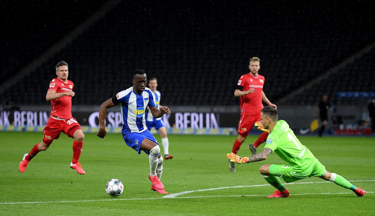 Penyerang Hertha Berlin, Dodi Lukebakio, saat mencetak gol ke gawang Union Berlin pada laga lanjutan Bundesliga di Stadion Olimpiade, Berlin, Sabtu (23/5/2020) dini hari WIB. Hertha menang 4-0 atas Union. (AFP/Stuart Franklin/Pool)