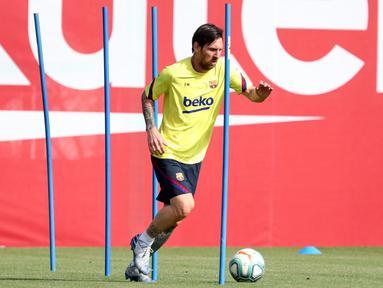 Pemain Barcelona, Lionel Messi, saat mengikuti latihan di Ciutat Esportiva Joan Gamper, Sant Joan Despi, Jumat (8/5/2020) waktu setempat. Barcelona kembali menjalani latihan usai seluruh pemain tim utama dinyatakan negatif COVID-19. (AFP/Miguel Ruiz)