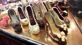 Kreasi cokelat yang berbentuk sepatu hak tinggi ditampilkan selama Chocolate Fair di Brussels, Belgia pada 21 Februari 2019. Edisi ke-6 Chocolate Fair berlangsung mulai 22 Februari 2019 hingga 24 Februari mendatang. (Photo by EMMANUEL DUNAND / AFP)