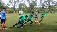 Latihan perdana Timnas U-19 di POR Sawangan diisi dengan latihan fisik yang diikuti 36 dari 40 pemain yang dipanggil. (Bola.com/Gerry Anugrah Putra)