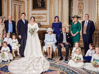 Gambar yang dirilis Istana Kensington pada 13 Oktober 2018, foto pernikahan Putri Eugenie dan Jack Brooksbank di Windsor Castle, Inggris. Putri Eugenie berfoto bersama keluarga inti dan pengiring pengantin ciliknya. (Alex Bramall/Buckingham Palace via AP)
