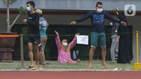 Sejumlah pasien berstatus orang tanpa gejala (OTG) senam di Stadion Patriot Chandrabaga, Bekasi, Jawa Barat, Minggu (27/9/2020). Dari 28 pasien OTG, beberapa di antaranya mengikuti senam di arena stadion karena masih menunggi hasil pemeriksaan. (Liputan6.com/Herman Zakharia)