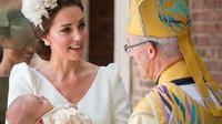 Kate Middeton berbincang dengan Archbishop of Canterbury, Justin Welby di acara pembaptisan Pangeran Louis. (Dominic Lipinski/AFP)