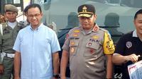 Gubernur DKI Jakarta Anies Baswedan berdiri disamping Kapolda Metro Jaya Irjen Gatot Eddy Pramono saat melepas mudik gratis, Kamis (30/5/2019). (Liputan6.com/Lizsa Egeham)