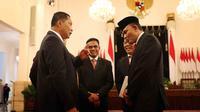 Kepala BNN Irjen Heru Winarko mendengarkan Komjen Budi Waseso atau Buwas berbicara usai resmi dilantik di Istana Negara, Jakarta, Kamis (1/3). Heru pernah juga menjadi staf Ahli Bidang Ideologi dan Konstitusi Menko Polhukam. (Liputan6.com/Angga Yuniar)