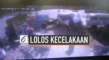Seorang pria lolos dari maut setelah hampir tertabrak mobil ngebut yang dikendarai pria mabuk. Kejadian menegangkan itu terekam kamera CCTV.