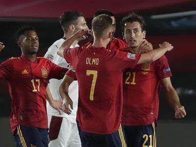 Penyerang Spanyol, Mikel Oyarzabal berselebrasi dengan rekan-rekannya usai mencetak gol ke gawang Swiss pada pertandingan  UEFA Nations League di Alfredo Di Stefano, Madrid, Spanyol (10/10/2020). Madrid menang tipis atas Swiss 1-0. (AP Photo/Manu Fernandez)