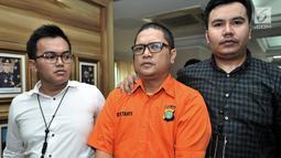Tersangka ISP dihadirkan saat rilis kasus penipuan di Jakarta, Senin (28/1). Subdit Cyber Crime Ditreskrimsus Polda Metro Jaya mengungkap kasus penipuan yang memakan 14 korban dengan modus menjanjikan pinjaman uang. (Merdeka.com/Iqbal S. Nugroho)