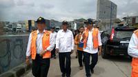Dirjen SDA Imam Santoso saat mengunjungi sungai Ciliwung, di Kampung Pulo, Jakarta Timur.