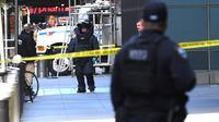 Petugas penjinak bom keluar dari Gedung Time Warner setelah paket bom pipa dikirimkan di mana kantor CNN New York beroperasi, Rabu (24/10). Paket tampak seperti pipa dan ada jaringan kabelnya ditemukan di kotak surat kantor CNN. (TIMOTHY A. CLARY/AFP)