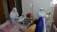 Perawat menyiapkan makanan di ruangan pasien di Rumah Sakit Haji, Jakarta, Jumat (9/5/2020). Garda terdepan penanganan Covid-19 ini tetap menjalani bulan Ramadan di sela-sela menangani pasien terinfeksi dengan melakukan tadarus Al Quran dan juga buka puasa bersama. (Liputan6.com/Herman Zakharia)