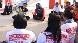 Menpora Imam Nahrawi (kedua kiri) bersama pelatih kepala tim paralayang Indonesia, Gendon Subandono saat meninjau latihan tim di kawasan Puncak, Cianjur, Jawa Barat, Kamis (26/7). Menpora juga meninjau kesiapan venue. (Liputan6.com/Helmi Fithriansyah)