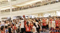 Pebasket Boston Celtics, Jaylen Brown, bermain bersama peserta Junior NBA di Pluit Village Mall, Minggu (29/7/2018). 16 anak terpilih menjadi Jr NBA Indonesia All-Star 2018. (Bola.com/M Iqbal Ichsan)