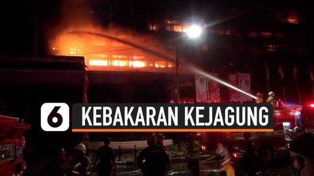 Api berkobar besar di Gedung Kejaksaan Agung RI Sabtu (22/8) malam. Kebakaran hanguskan sebagian bangunan, bagaimana nasib para tahanan kejaksaan?