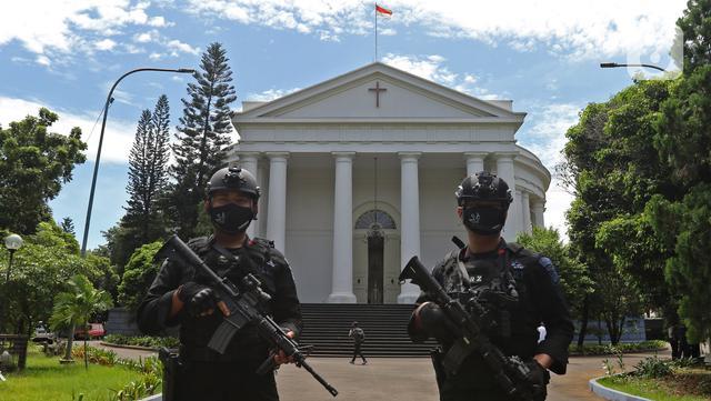 Petugas keamanan melakukan pengamanan saat perayaan Paskah di Gereja Immanuel, Jakarta, Jumat (2/4/2021). Sejumlah personel gabungan TNI-Polri disipakan untuk melakukan pengamanan di sejumlah gereja pada perayaan Paskah. (Liputan6.com/Herman Zakharia)