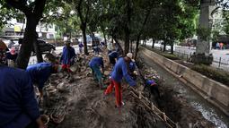 Petugas Suku Dinas Sumber Daya Air Jakarta Timur menyelesaikan pembangunan turap di Kali Aliran Timur, Rawamangun, Jakarta, Senin (8/4). Pembangunan turap tersebut bertujuan mengganti dinding yang rusak akibat longsor dan memperlancar aliran kali. (merdeka.com/Iqbal Nugroho)