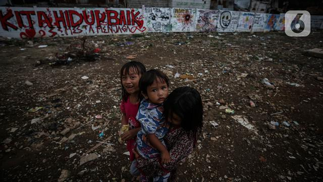 Anak-anak bermain di antara reruntuhan rumah di kawasan permukiman Jalan Pancoran Buntu II, Pancoran, Jakarta, Selasa (30/3/2021). Anak-anak yang tidak tahu permasalahan atas sengketa tanah menjadi korban dan terpaksa bermain di sisa reruntuhan tempat tinggal mereka. (Liputan6.com/Johan Tallo)