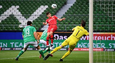 Pemain Bayer Leverkusen Kai Havertz (tengah) mencetak gol ke gawang Werder Bremen dalam pertandingan Bundesliga di Bremen, Jerman, Senin (18/5/2020). Bayer Leverkusen menang 4-1. (Stuart FRANKLIN/POOL/AFP)