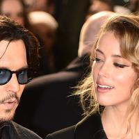 Bukan rahasia lagi. Angelina Jolie dan Brad Pitt memang dikabarkan menjalin hubungan saat Brad masih menjadi suami Jennifer Aniston. (Extra)