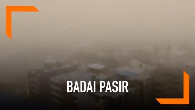 Sebuah badai pasir hebat melanda beberapa kota di India. Badai menyebabkan jarak pandang jadi berkurang.