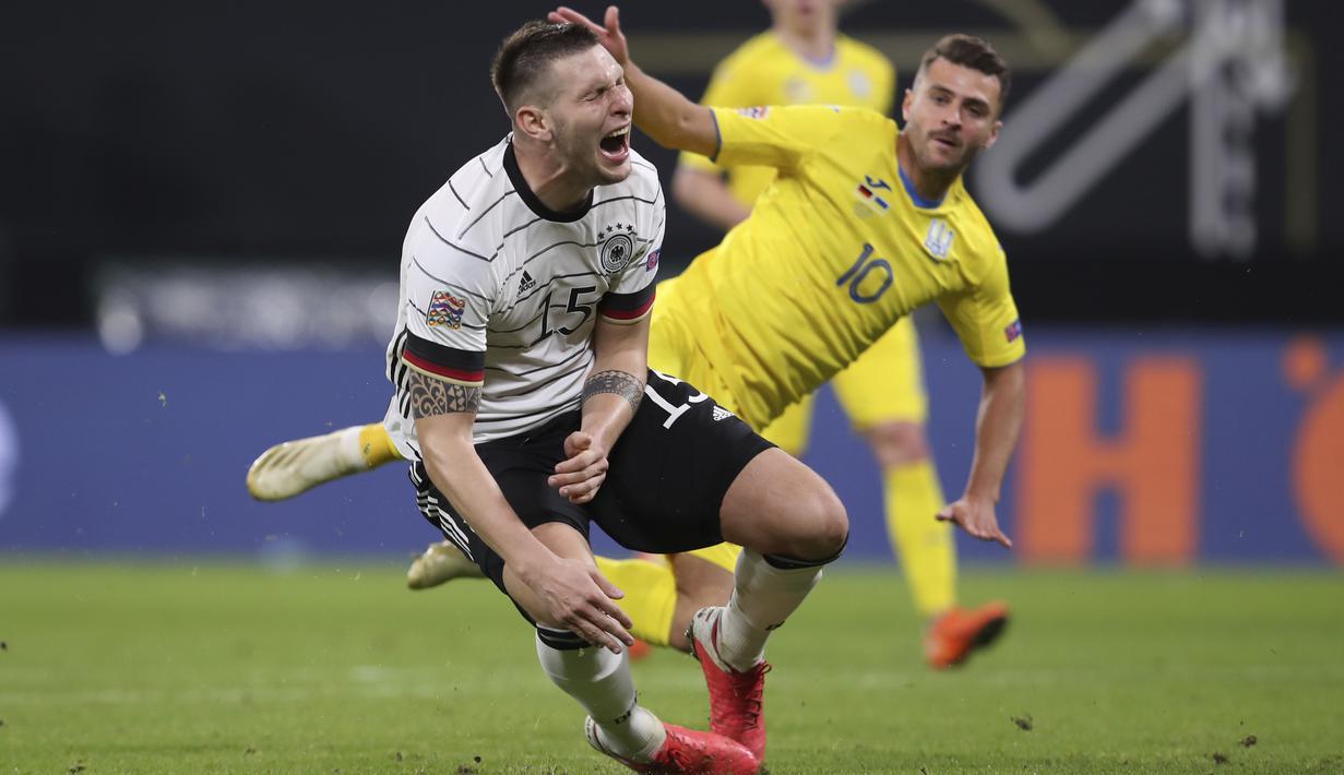 Bek Jerman Niklas Suele (kiri) dan gelandang Ukraina Junior Moraes berebut bola pada babak penyisihan Liga A Grup 4 UEFA Nations League di Red Bull Arena, Leipzig, Minggu (15/11/2020) dinihari WIB. Tertinggal lebih dulu, Jerman mengakhiri laga dengan kemenangan 3-1 atas Ukraina. (RONNY HARTMANN/AFP)