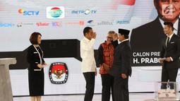 Capres nomor urut 01 Joko Widodo atau Jokowi (dua kiri) saling hormat dengan capres nomor urut 02 Prabowo Subianto (dua kanan) saat mengikuti debat keempat Pilpres 2019 di Hotel Shangri-La, Jakarta, Sabtu (30/3). (Liputan6.com/JohanTallo)