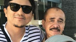 Laudya Chintya Bella dan suami, Engku Emran berfoto bersama ayahnya sebelum pergi ke Malaysia. Laudya Cynthia Bella akan menetap di Malaysia ikut bersama suami dan putrinya. (instagram/laudyacynthiabella)