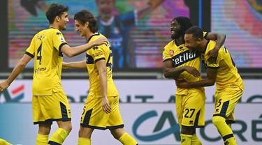 Para pemain Parma merayakan gol yang dicetak oleh Gervinho ke gawang Inter Milan pada laga Liga Italia di Stadion Giuseppe Meazza, Minggu (1/11/2020). Kedua tim bermain imbang 2-2. (AFP/Vincenzo Pinto)