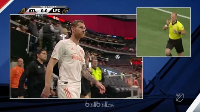 Chris McCann mendapatkan kartu merah saat Atlanta hadapi Los Angeles FC di MLS, akan tetapi ia kembali bermain karena bantuan VAR. This video is presented by Ballball.