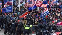 Pendukung Trump bentrok dengan polisi dan pasukan keamanan saat mereka menyerbu Capitol AS di Washington, DC pada 6 Januari 2021. (Foto: AFP / Roberto Schmidt)