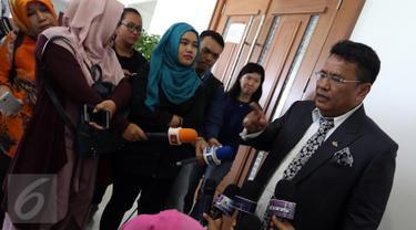 Hotman Paris Hutapea, kuasa hukum Deddy Corbuzier, memberi pernyataan lanjutan terkait kasus Mario Teguh di PN Jakarta Pusat, Rabu (28/9). Hotman Paris menantang Mario Teguh bersama kuasa hukumnya untuk berbicara di depan umum. (Liputan6.com/Helmi Afandi)