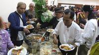 "Umat muslim berbaur saat berbuka puasa bersama di Gereja Katedral, Jakarta, Jumat (1/6). Kegiatan ini mengusung tema ""Menguatkan Toleransi, Persaudaraan, dan Solidaritas Kemanusiaan"". (Liputan6.com/Arya Manggala)"