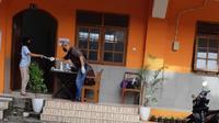Seorang warga hendak memberikan suaranya di TPS 11 Kelurahan Kalicari Pedurungan Semarang. (foto:Liputan6.com/edhie prayitno ige)