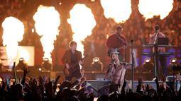 Penampilan vokalis Maroon 5 Adam Levine saat memeriahkan pertandingan antara Los Angeles Rams dan New England Patriots dalam Super Bowl LIII di Atlanta, Georgia, AS, Minggu (3/2). (AP Photo/Jeff Roberson)