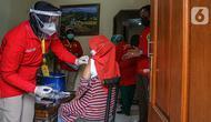 Petugas medis menyuntikan vaksin Covid-19 kepada warga saat vaksinasi Covid-19 secara door to door di kawasan Bogor, Jawa Barat, Rabu (14/7/2021). BIN menggelar vaksinasi Covid-19 secara door to door kepada warga di 14 provinsi dan menyasar 19.000 warga. (Liputan6.com/Faizal Fanani)
