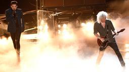 Adam Lambert dan Brian May dari band Queen tampil membuka perhelatan Oscar 2019 di Dolby Theatre, Los Angeles, Minggu (24/2). Penampilan Queen diiringin video Freddy Mercury yang ditampilkan lewat layar besar di atas panggung. (Chris Pizzello/Invision/AP)