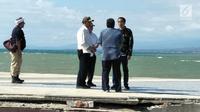 Presiden Joko Widodo (Jokowi) berdiskusi dengan jajajrannya disela meninjau lokasi terdampak bencana gempa dan tsunami di Kota Palu, Sulteng, Minggu (30/9). Jokowi tiba di Palu untuk memantau langsung upaya penanganan bencana (Liputan6.com/Septian Deny)