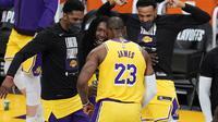 Forward Los Angeles Lakers, LeBron James, ketika melawan Phoenix Suns di Staples Center pada NBA play-off, Jumat (28/5/2021) pagi WIB. (AP/Marcio Jose Sanchez).