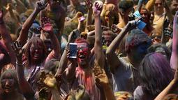 Peserta Festival Holi melakukan swafoto saat mengikuti festival di Santa Coloma de Gramenet, Spanyol, Minggu (28/5). Festival yang menjadi salah satu tradisi di India ini, kini menjadi trend di sejumlah negara. (AP Photo / Manu Fernandez)