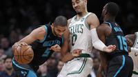 Jayson Tatum (Baju putih) berduel dengan pemain Hornets pada laga NBA (AP)