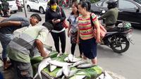 Pedagang sedang menawarkan bandeng-bandengnya di Rawa Belong, Kebon Jeruk, Jakarta Barat (Liputan6.com/Komarudin)