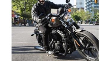 ilustrasi mengendarai Harley Davidson
